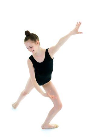 Dziewczynka gimnastyczka w sportowy strój kąpielowy.
