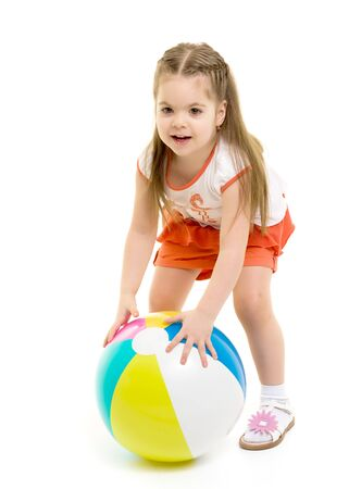 Petite fille joue avec un ballon