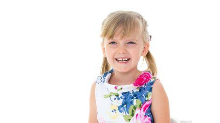 Charmantes kleines Mädchen, das glücklich im Studio lacht