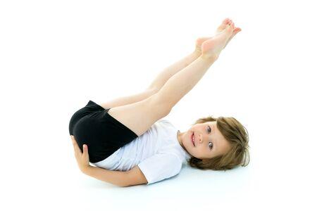 Affascinante bambina che fa esercizi ginnici in studio su