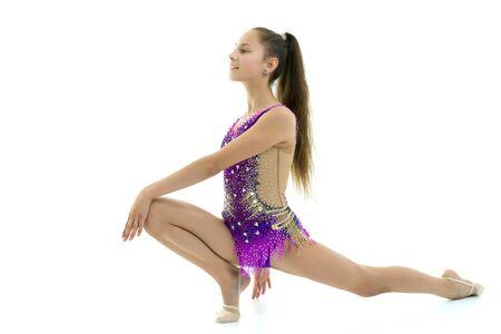 La gymnaste exécute un élément acrobatique au sol.