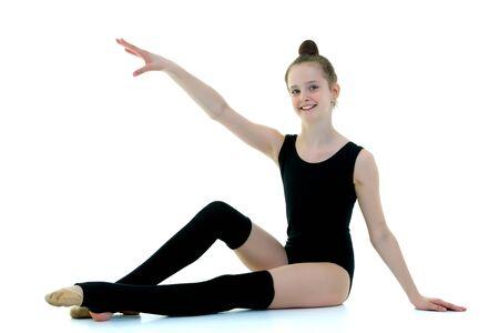 Mädchenturnerin in schwarzen Leggings, Sportkonzept.