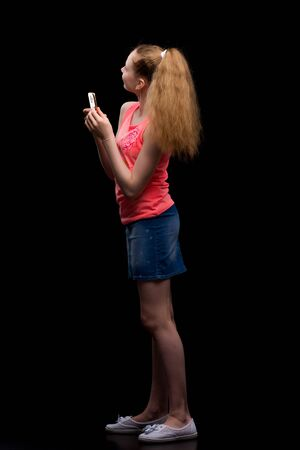 The girl is using a cell phone.The concept of people and technol Foto de archivo - 133517335