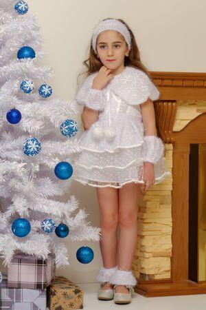 Beautiful little girl near the Christmas tree. Foto de archivo - 133517364