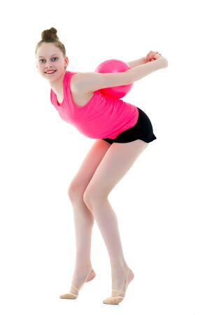 klein meisje houdt zich bezig met fitness met een bal. Stockfoto