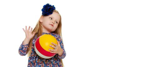 Little girl is playing with a ball.The concept of childrens spo Banque d'images - 134834069