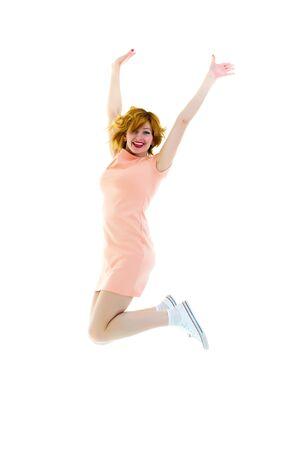 Portrait complet d'une femme mignonne joyeuse sautant
