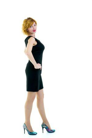 retrato en pleno crecimiento de una exitosa mujer de negocios joven. Aislado sobre fondo blanco.