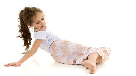 Belle Preteen Girl allongé sur le sol contre fond blanc