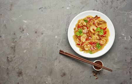 Glass noodle with shrimps and vegetables on the grey background Stockfoto