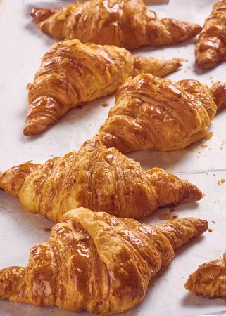 freshly baked croissants on tray, top view Imagens