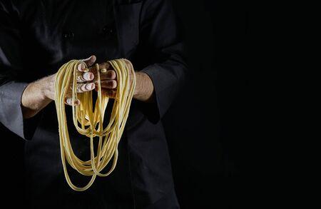 Female chef making fresh noodles Imagens