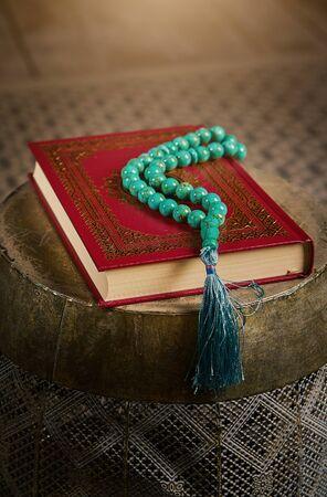 Islamic holy book Koran with rosary beads, muslim faith Allah and prophet Muhammad holy spirit religion symbol concept Stockfoto