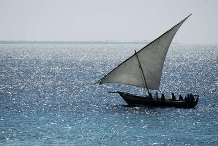 zanzibar: Vissers die terugkeren van het werk op de middag van Zanzibar Island voor de kust van Tanzania, Afrika Stockfoto