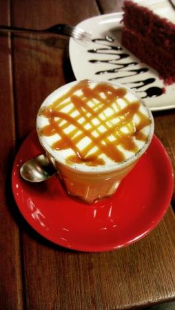 terciopelo rojo: Caf� caramelo y pastel de terciopelo rojo.