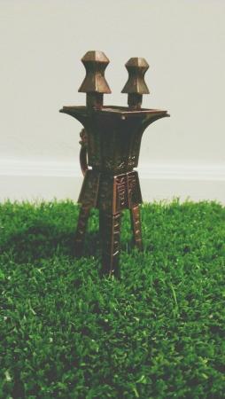 인공 잔디에 중국어 골동품.