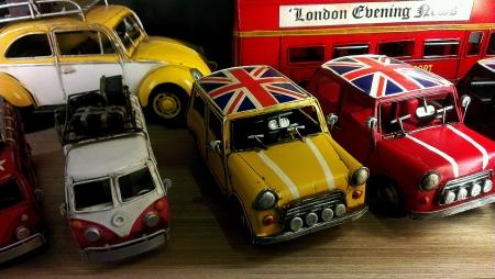 나무 테이블에 미니 영국 교통 장난감 표시