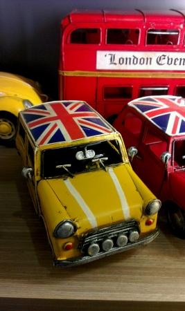 나무 테이블에 표시하는 미니 영국 전송 장난감
