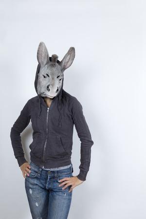 burro: La mujer llevaba una m�scara de burro y m�mica cultura hip hop que ella est� usando una sudadera con capucha y pantalones vaqueros con agujeros Foto de archivo