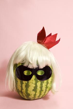 ピンクの背景の黒マスクを着用 superwatermelon 写真素材