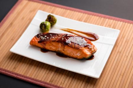 Japanse keuken geïnspireerd diner bestaande uit een gegrilde zalmfilet geglazuurd in heerlijke teriyaki saus (sojasaus basis). Spruitjes en witte rijst als zijden.