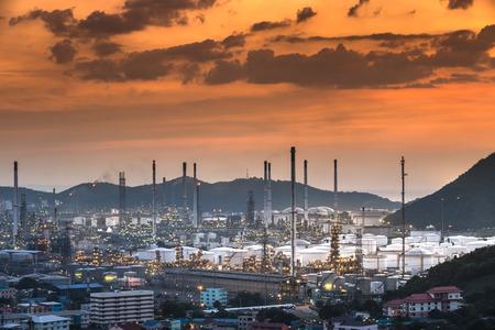 industria petroquimica: Refiner�a de petr�leo con vapor de agua en Hamburgo, Alemania, petroqu�mica escena nocturna de la industria