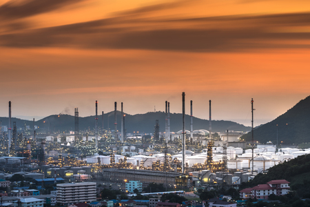 vapore acqueo: Oil refinery with water vapor in Hamburg, Germany, petrochemical industry night scene