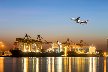 コンテナー船の開発、美しい朝の船ヤード貨物貨物輸送船舶輸送用の読み込みの光に対してポートを輸出入
