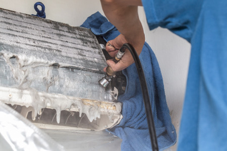 固定およびクリーニングのエアコン ユニットの修理