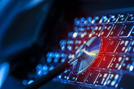 tecnolog�a informatica: El an�lisis por ordenador o de datos - estetoscopio sobre un teclado de ordenador port�til en tonos azul