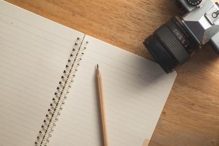lapiz y papel: Todavía de la vendimia vida detalles, gafas de sol, cámara, lápiz, papel