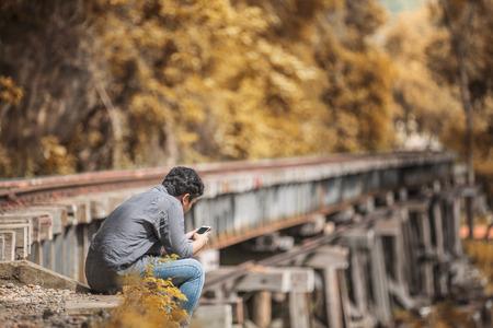 muerte: Juega tel�fono en el ferrocarril de la muerte.