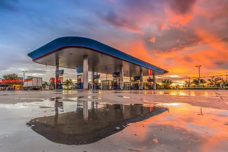夜のガソリン スタンド 写真素材