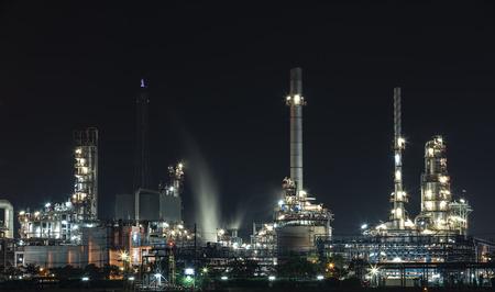 industria petroquimica: refinería de petróleo en Hamburgo, Alemania, noche industria petroquímica