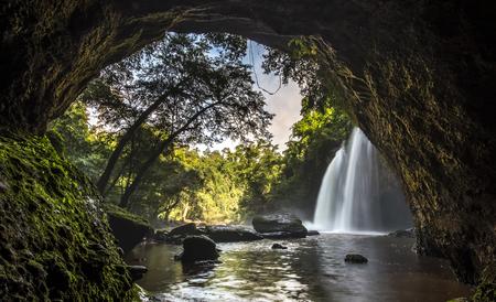 jaskinia: Jaskinia w HEO Suwat Wodospad w parku narodowym Khao Yai w Tajlandii