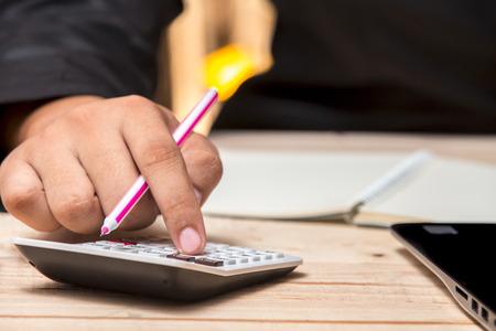 ビジネスマンを計算して、契約の記事をチェック
