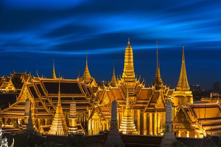 夕暮れ時、ワット ・ シーラッタナーサーサダーラーム (タイ) エメラルドの仏の寺院