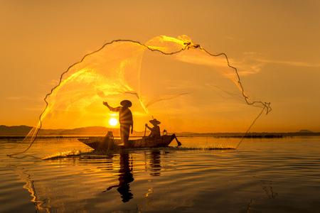 アクション釣り、タイでバンプラ湖の漁師。