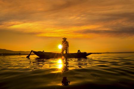pecheur: Les pêcheurs de Inle lacs coucher du soleil, Myanmar. Les pêcheurs est terminer une journée de pêche dans le lac Inle, Myanmar (Birmanie). Inle est un des lieux touristiques les plus préférés au Myanmar (Birmanie)