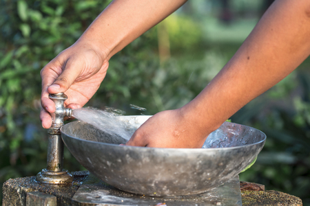 llave agua: Beber agua corriente de un viejo grifo de agua