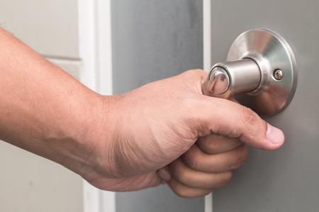 PUERTA: Perilla de la puerta abierta la mano del hombre Foto de archivo