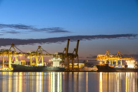 buonanotte: Nave porta-container nel porto di Amburgo, colpo di notte. Cielo nuvoloso. Archivio Fotografico