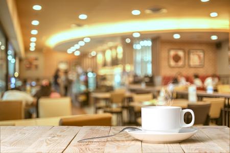 カフェでテーブルの上のコーヒー カップ