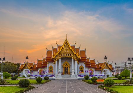 templo: Hermoso templo tailand�s Wat Benjamaborphit, templo en Bangkok
