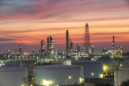 industria petroquimica: Industria de petróleo y gas - refinería en la puesta del sol - fábrica - planta petroquímica