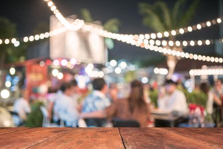 réseautage: Les gens sont assis dans un flou banquets. Banque d'images