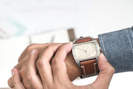punctuality: El hombre de negocios que mira su reloj puntualidad