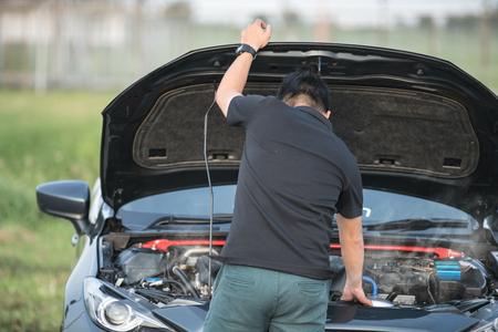 Kapotte auto: Open de kap gebroken zijaanzicht motoren die niet zijn beschadigd of. Stockfoto