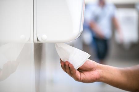 トイレット ペーパーを使用して人の手のクローズ アップ