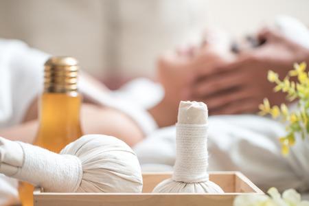 スパ サロンで女性の体にマッサージをしているマッサージ師。美容治療の概念。